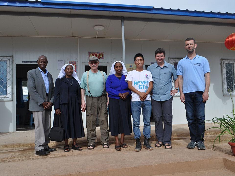 Dieses Problem zu lösen war der Hauptzweck unseres Besuches, wir trafen den chinesischen Projektleiter Peter, wessen Firma nebenan ein Depot für den Straßenbau hat, um eine Besserung der Wasserversorgung zu erreichen.