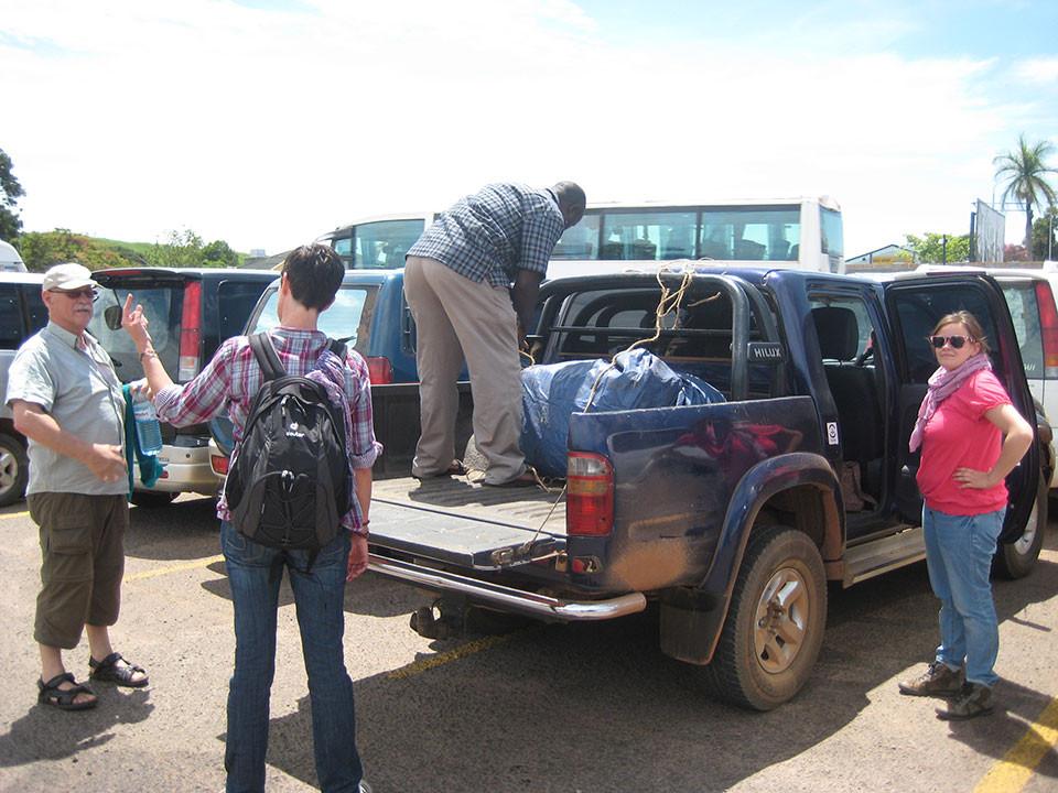 Unser Fahrer Mike holt uns wie jedes Mal vom Flughafen in Kampala ab, ...