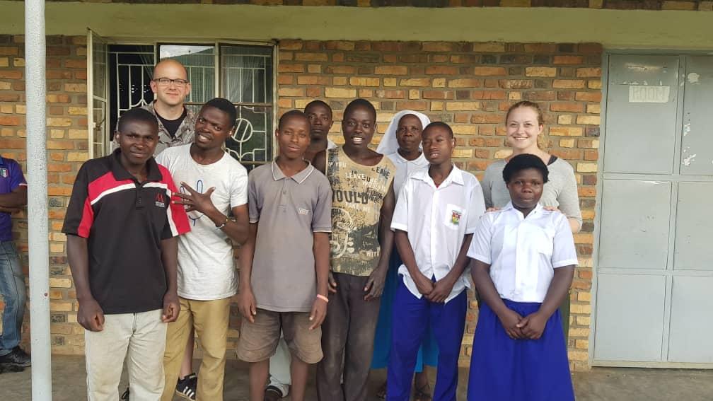 Gruppenfoto mit Jugendlichen, die versorgt worden sind