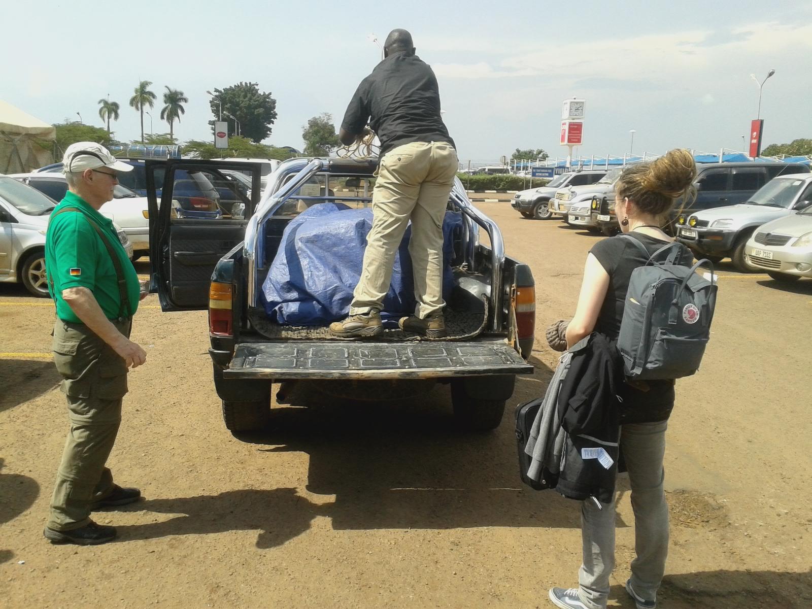 Wir werden von Michael am Flughafen abgeholt. Er verstaut unser Gepäck Diebstahlsicher auf dem Pick-Up