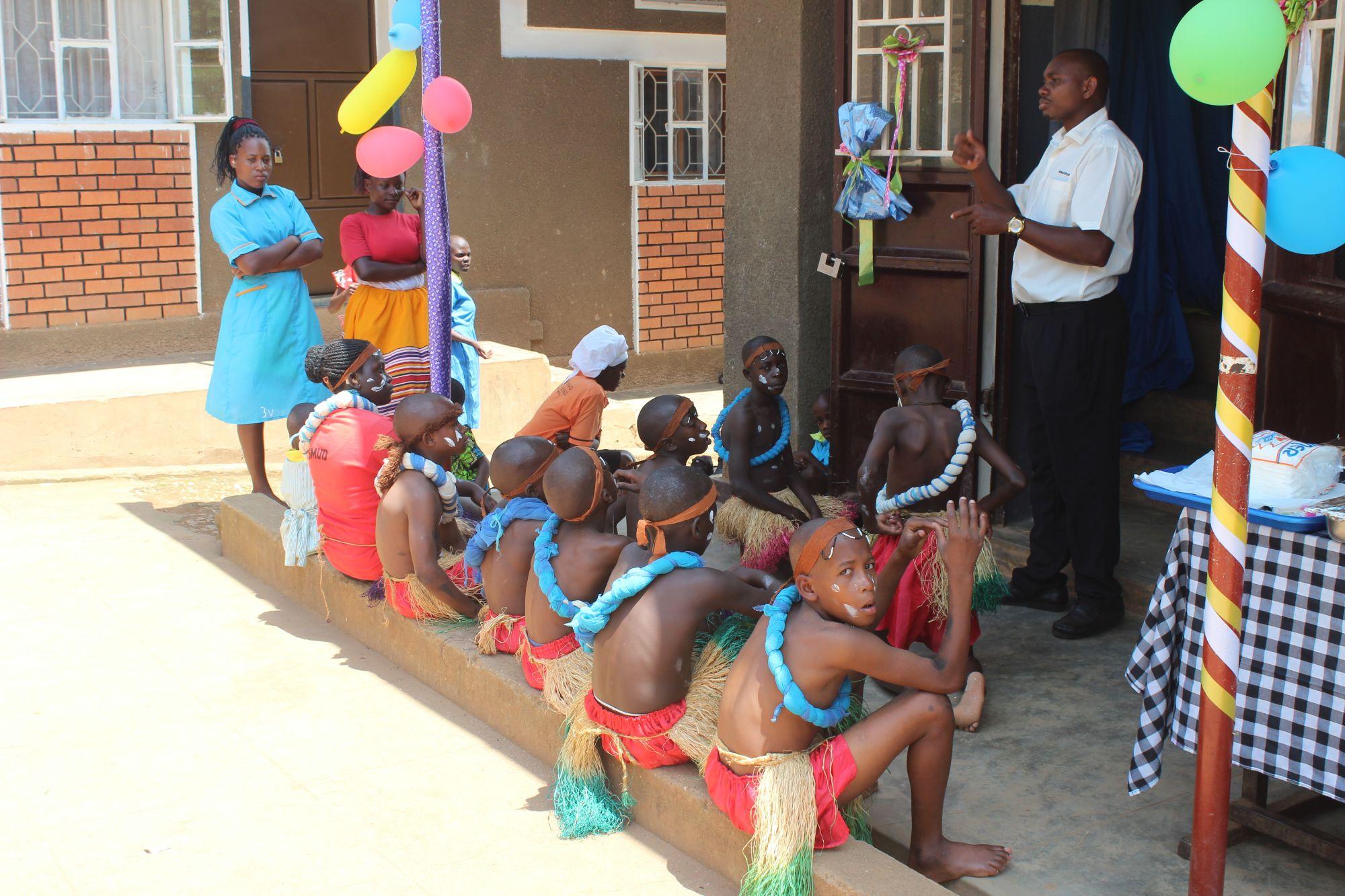 Draußen warten die Kids auf ihren Einsatz und selbstverständlich dolmetscht ein Lehrer das in der Halle Gesprochene