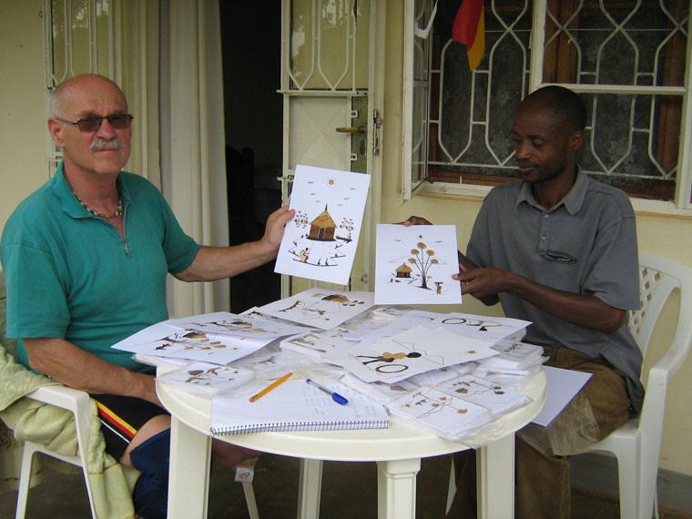 In Masaka kaufte Gerhard Ehrenreich einen Satz Postkarten, die von einem gehörlosen Mann aus getrockneten Bananenblättern hergestellt wurden. Die Pateneltern erwarten zu Weihnachten eine kleine Überraschung.