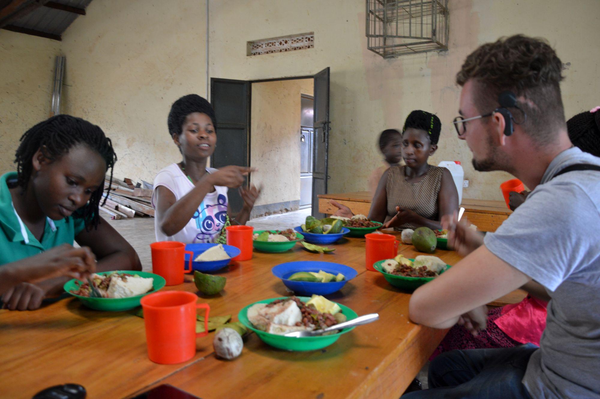 Gemeinsames Essen mit den gehörlosen Betreuerinnen in Rwera/Ntungamo