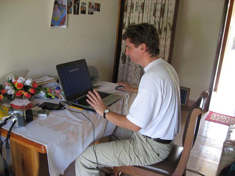 Projektmitarbeiter Burkhard Lohmann bei der Arbeit am Laptop...