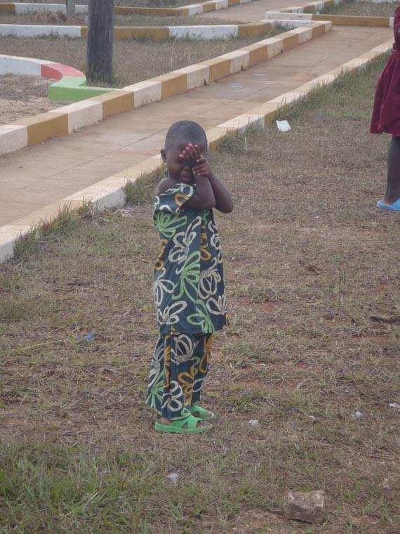 März 2012, Masaka, Bwanda. Der Kleine mag wohl nicht hinsehen, ...