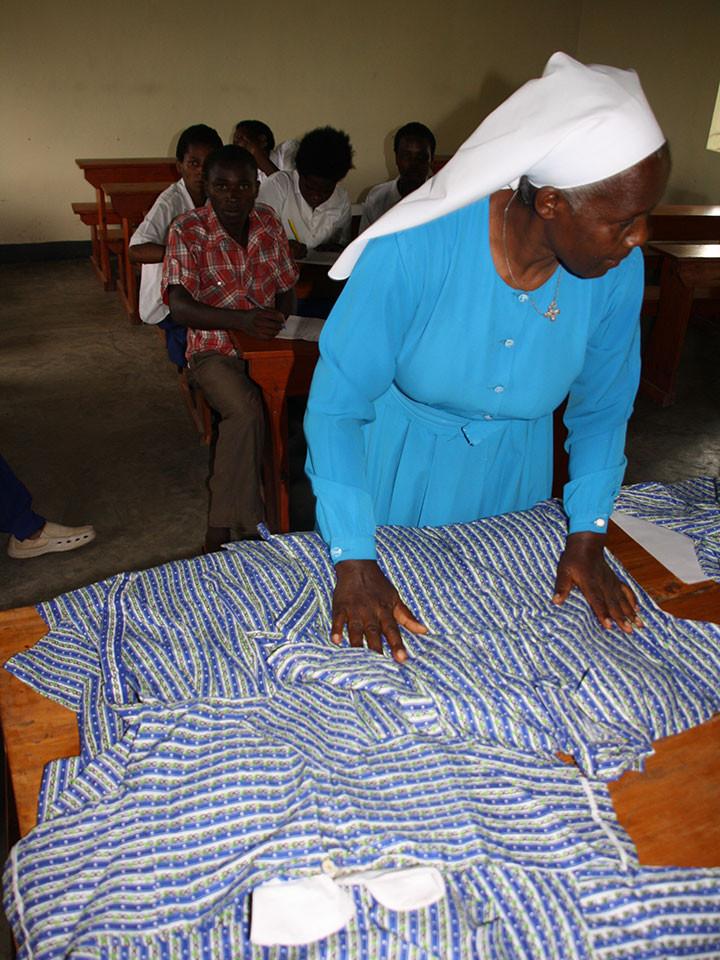 ...auf der Rückfahrt nach Bwanda besuchten wir noch die Berufsschule in Insingiro (Mbarara), wo einige SchulabgängerInnen von Ntungamo ihr Schneiderhandwerk lernen.
