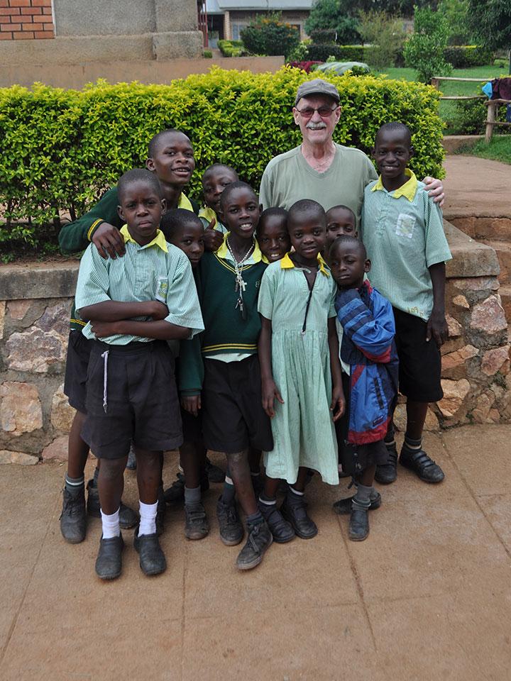 Projektgründer Gerhard mit einigen Kindern.