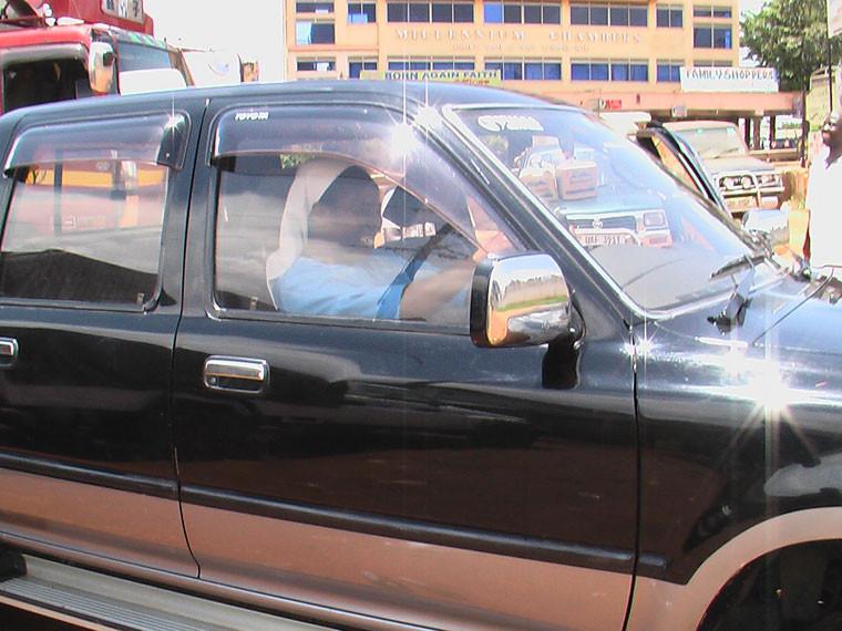 Sichtlich erfreut durfte die Schulleiterin Sr. Bazuke dann den Wagen nach Ntungamo kutschieren.