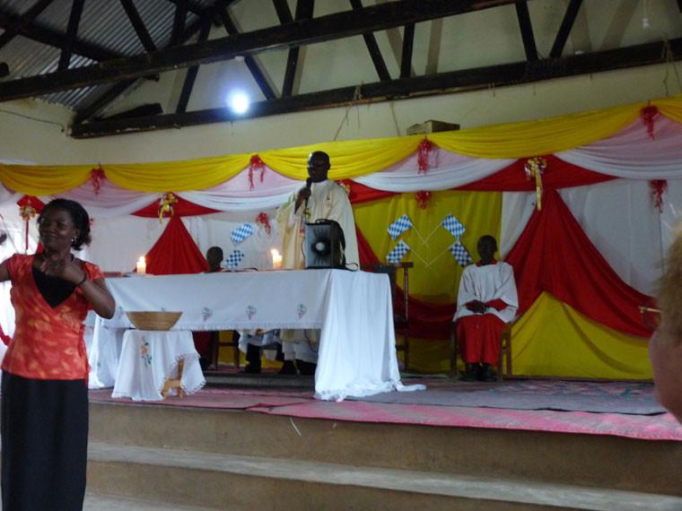 Am 17. April war es dann endlich soweit. Mit ein paar Tage Verspätung wurde mit einem Gottesdienst die Eröffnungsfeier der neuen Klassenräume eingeleitet.