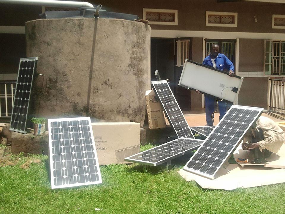 Wieder in Bwanda angekommen, sind die Solarpanele angekommen.