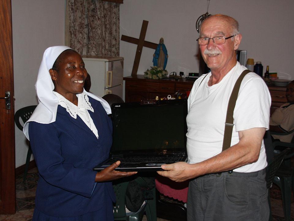 Wir schenken Sr. Bakuze einen gebrauchten Laptop, ...