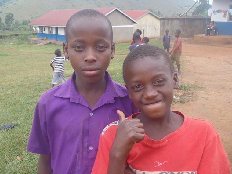 Zwei gehörlose Jungs aus Ntungamo.