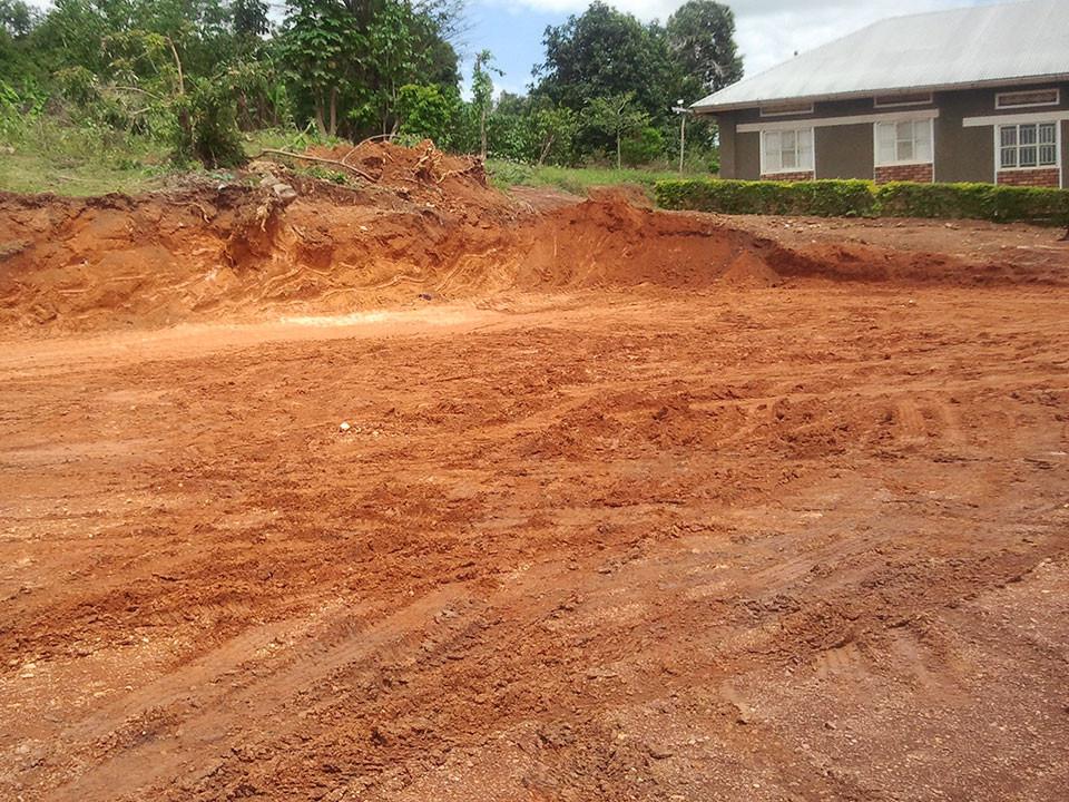 Wir besichtigen die Bauarbeiten für den Kindergarten, welcher links neben den Klassenräumen...