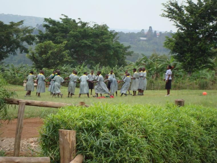 """Während die Kinder in Bwanda fröhlich """"Katz und Maus"""" spielen, ..."""