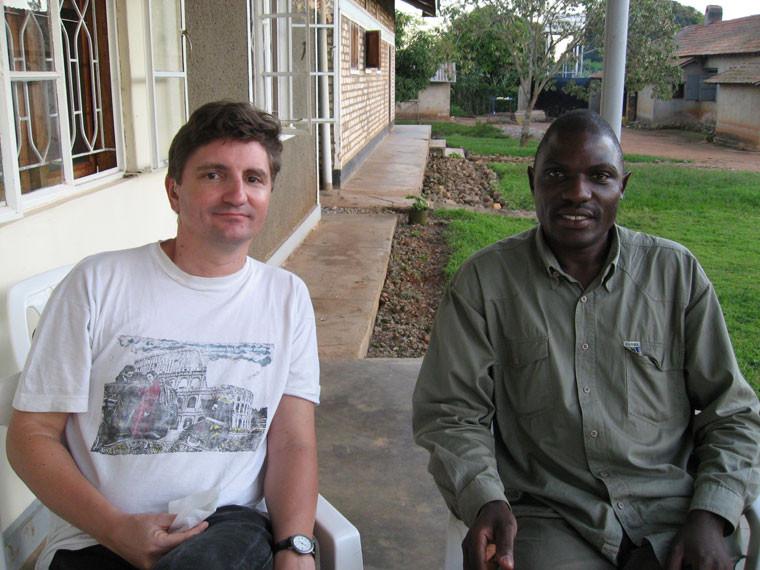 Burkard Lohmann und Stephen Kasumba, der eine deutscher, der andere ugandischer Projektplaner.