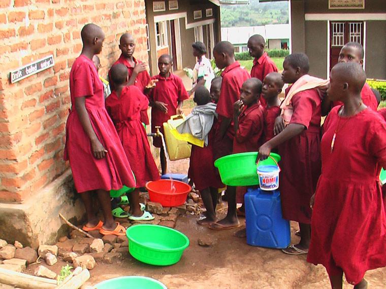 Wovon die Kinder in Ntungamo derzeit nur träumen können, ist in Bwanda Realität geworden: ...