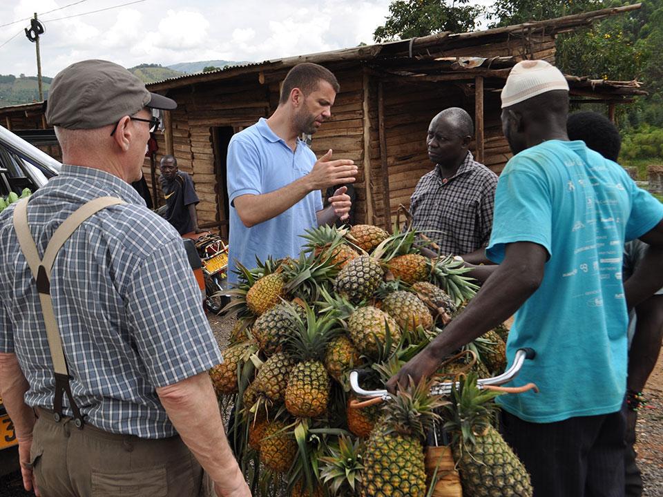 ...ins etwa 4 Stunden Fahrt entfernte Ntungamo, unterwegs kaufen wir wie immer Ananas ein.