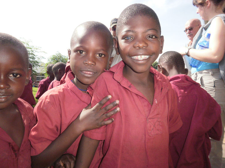 In dem von uns seit 1997 geförderten Dorf in Bwanda/Masaka angekommen werden wir wie alle Jahre wieder herzlich und mit strahlenden Augen empfangen.