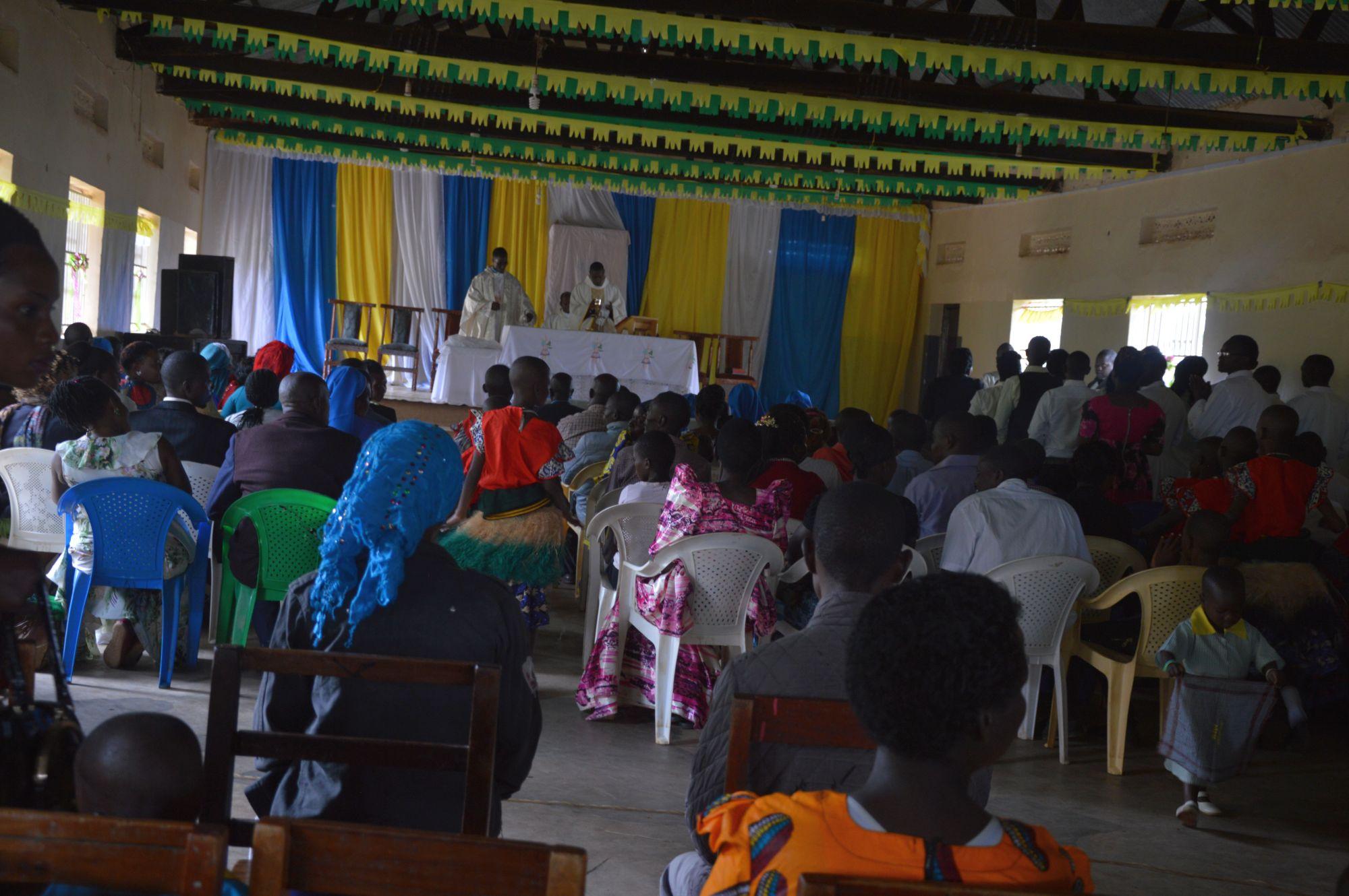 Vorne sitzen die Eltern und der Besuch vom Distrikt, sowie die LehrerInnen und Schwestern.