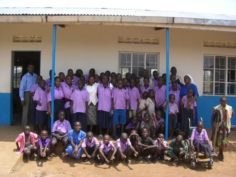 ...und natürlich auch auf die Fertigstellung des Mädchenschlafsaals und der neuen Klassenräume.