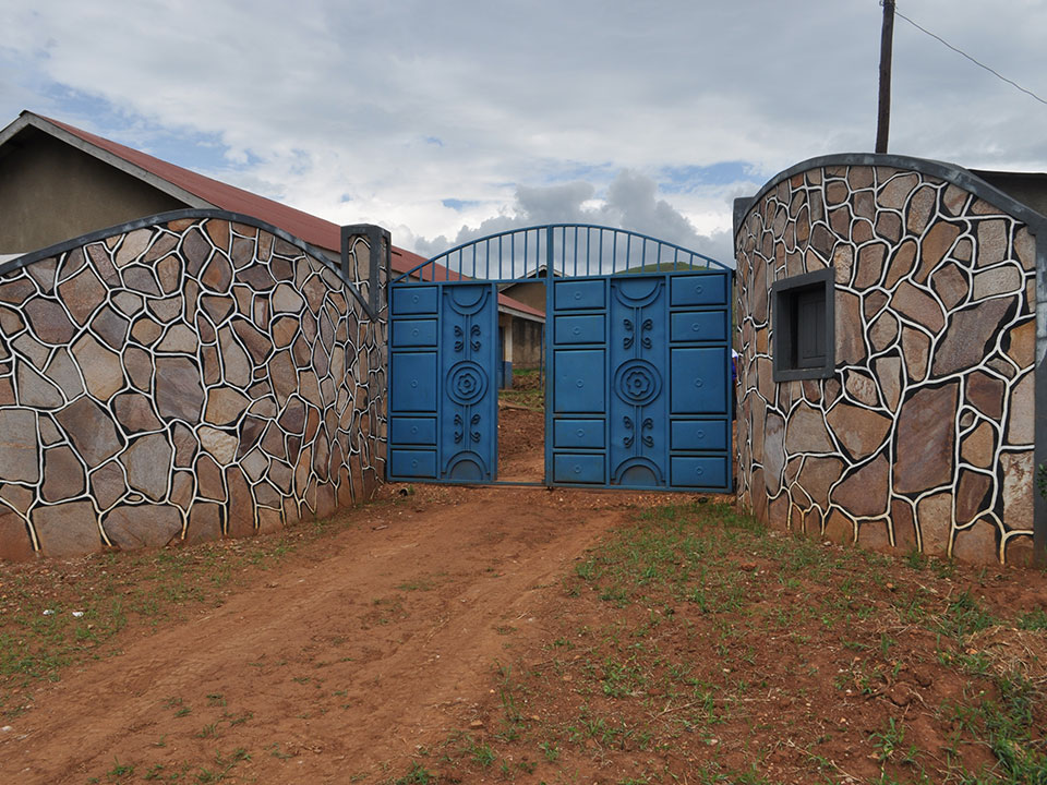 "Endlich sind wir vor dem von uns neu gebauten Tor der ""Rwera School for the Deaf and Children with Disability's"" in Ntungamo."
