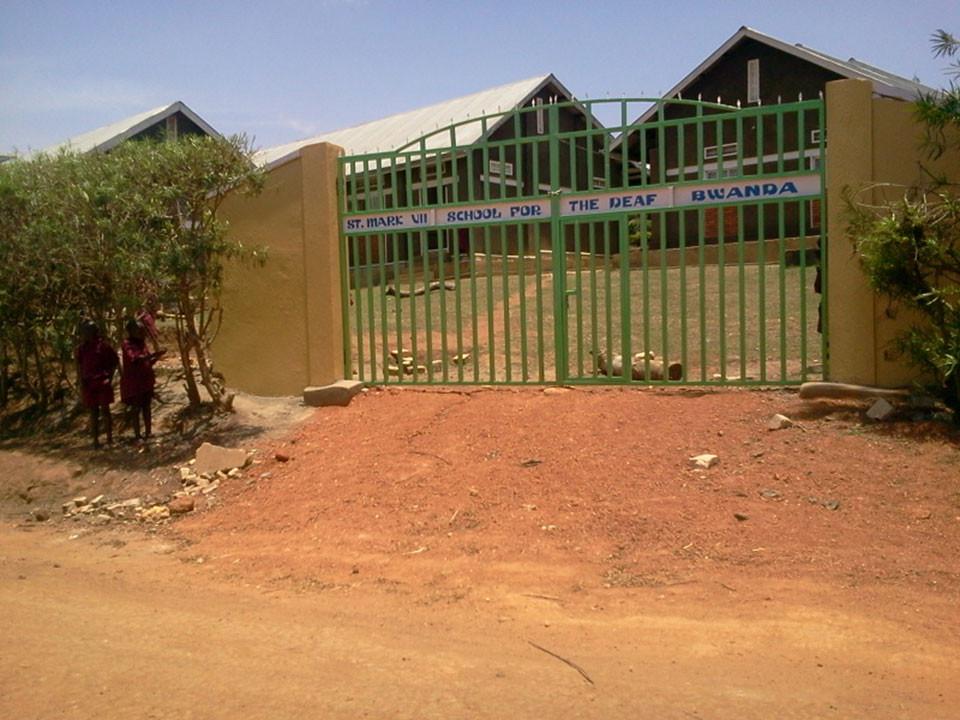 Weiter rechts, zur Auffahrt in die Küche, ist ebenfalls ein Tor gebaut worden.