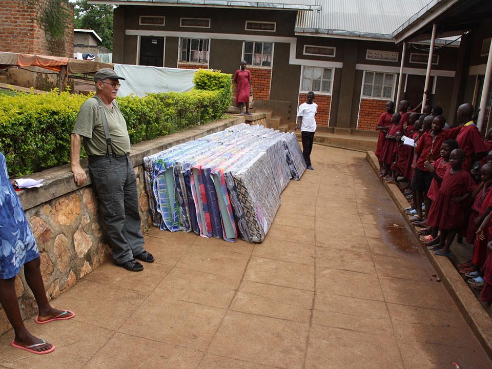 Wieder zurück in Bwanda werden die Matratzen verteilt.