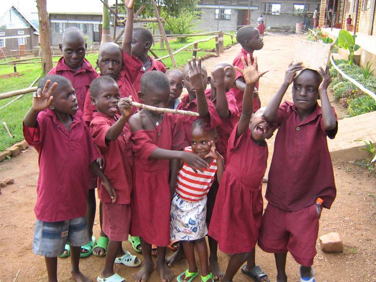 Während die Kinder nach der Schule zu Späßen aufgelegt sind, ...