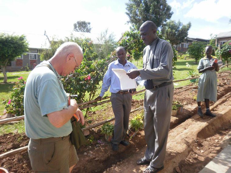 ...mit Projektarbeiter vor Ort Stephen Kasumba gecheckt und besprochen wird.