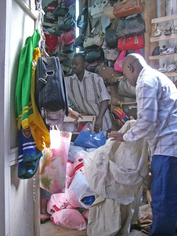 Dank eines Spendenaufrufs unserer Mitarbeiterin Anne Baumann konnten wir genügend Geld für den Kauf von Moskitonetzen vor Ort auftreiben, so dass die Kinder besser gegen die Anopheles-Mücke geschützt sind, die die lebensbedrohliche Malaria überträgt.  Hie