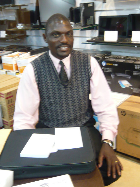 Unser ehrenamtliche Mitarbeiter vor Ort, Stephen Kasumba, bekommt noch einen Laptop für seine nötigen Projektarbeiten und bedankt sich herzlich dafür.