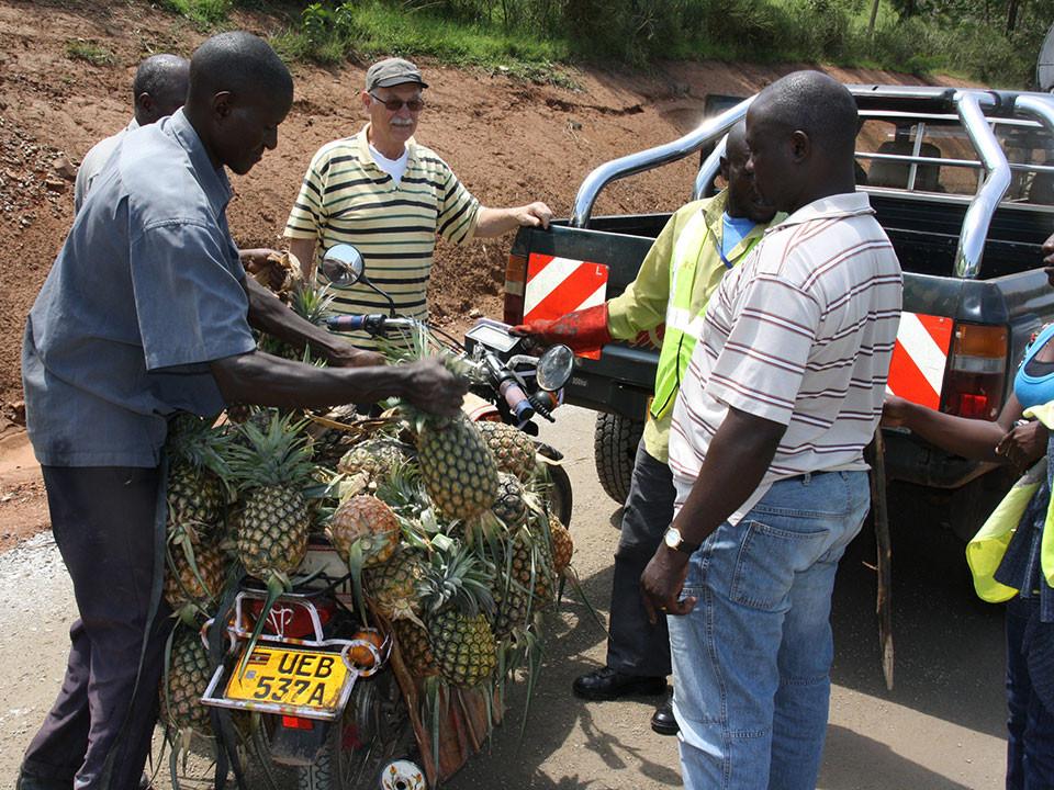 Unterwegs nach Ntungamo zu unserer zweiten kontinuierlich geförderten Schule, machte Gerhard bei einem mobilen Ananasverkäufer Halt, ...