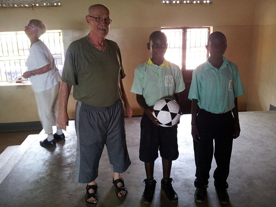 Einen Fußball für die sportverrückten Jungs.