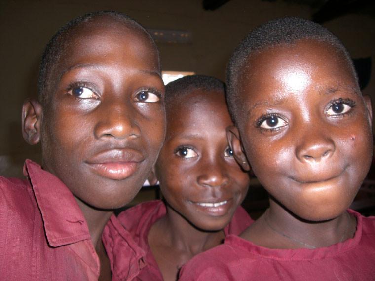 Auch diese drei Mädchen freuen sich, ...