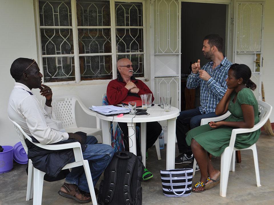 Dann kommt unser kompetente ugandische Projektmitarbeiter, Stephen Kasumba, um die Endabrechnung für die Umzäunung und den Kindergartenbau zu besprechen.