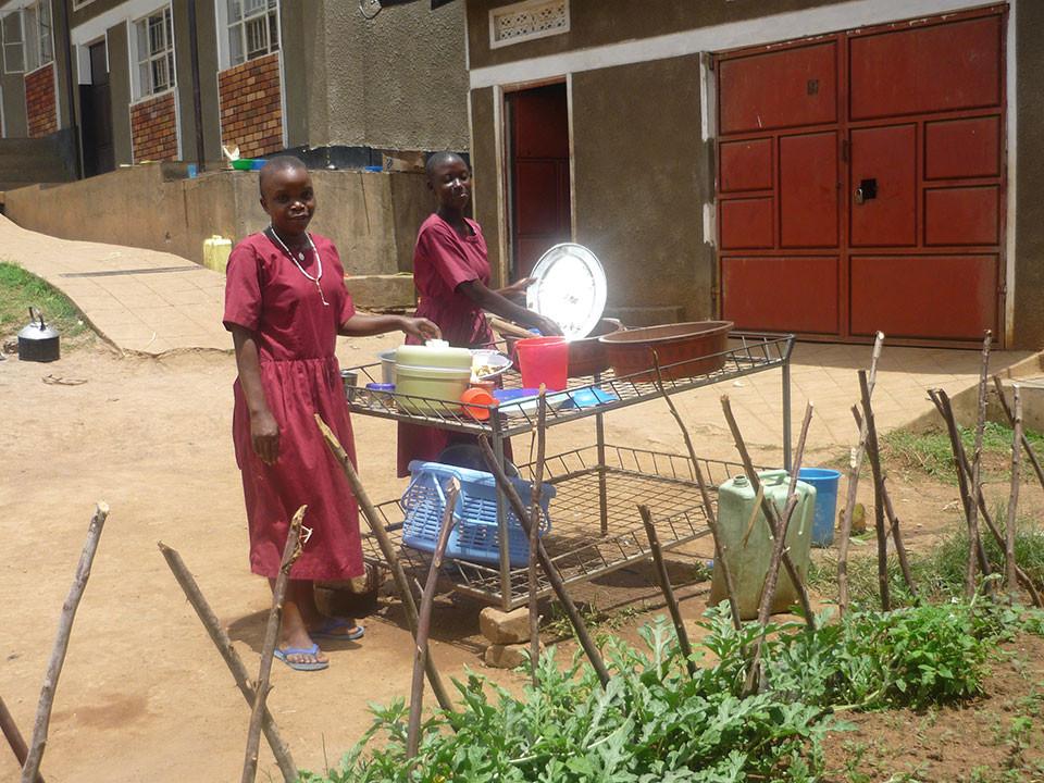 Emanzipierte Arbeitsaufteilung: Die Mädchen spülen ab, ...