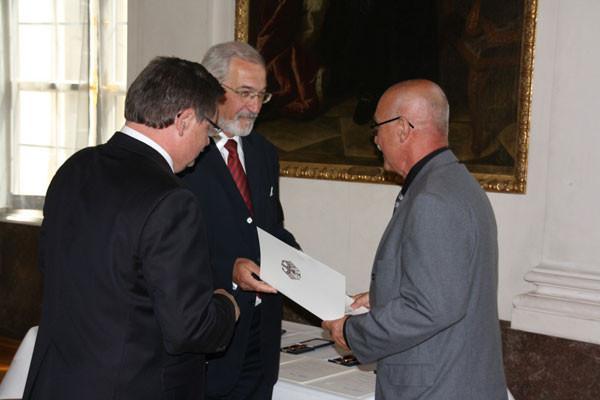 Im Auftrag von Bundespräsident Horst Köhler wird die Urkunde überreicht...