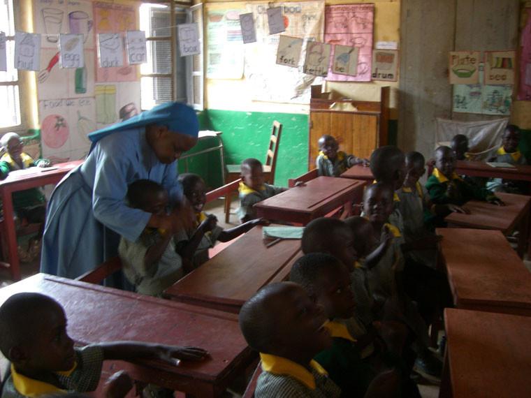 ...und zu dunkel. Wir hoffen auf eine baldige Grundsteinlegung des Kindergartens, das Geld fehlt jedoch im Moment.