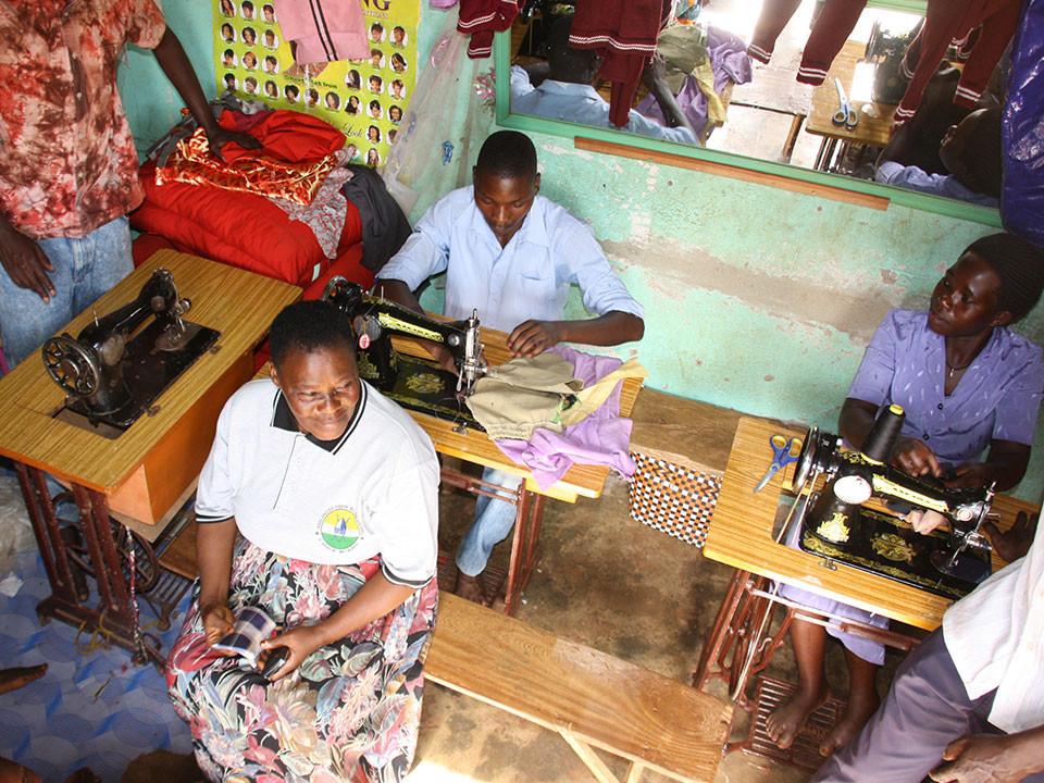 Zusätzlich werden hier in den Bereichen Schneiderei, Landwirtschaft und Friseur BerufsschülerInnen unterrichtet.