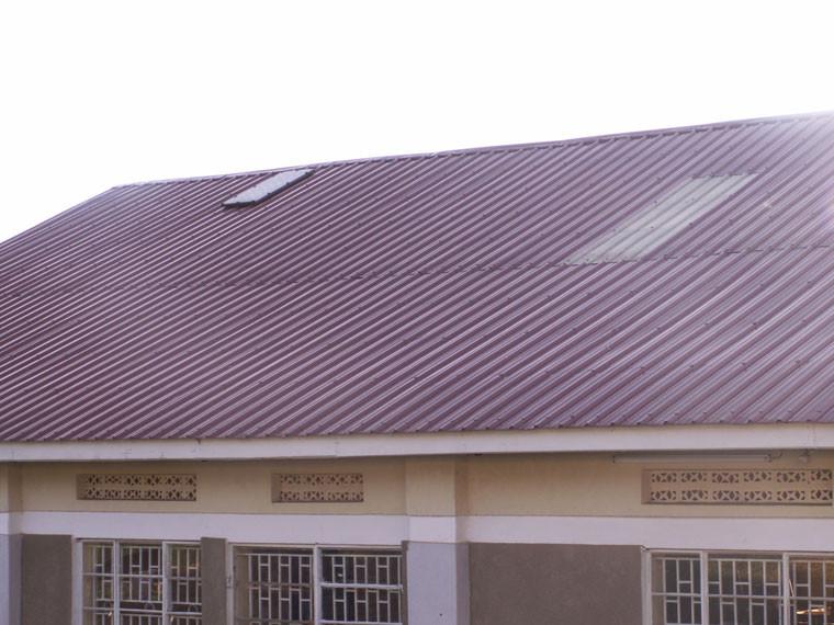 Da diese Schule über keinen Strom verfügt und in einer der sonnenreichsten Gegenden Ugandas liegt, werden hier in naher Zukunft auch einige der 37 von der Firma SolarWorld gestifteten Solarzellen diebstahlsicher auf das Dach befestigt. Herzlichen Dank an