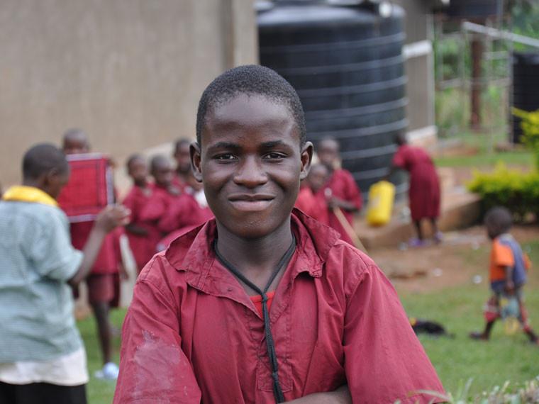 ...damit die später erwachsenen Gehörlosen im harten Alltag von Uganda den dort üblichen Vorurteilen trotzen, ...
