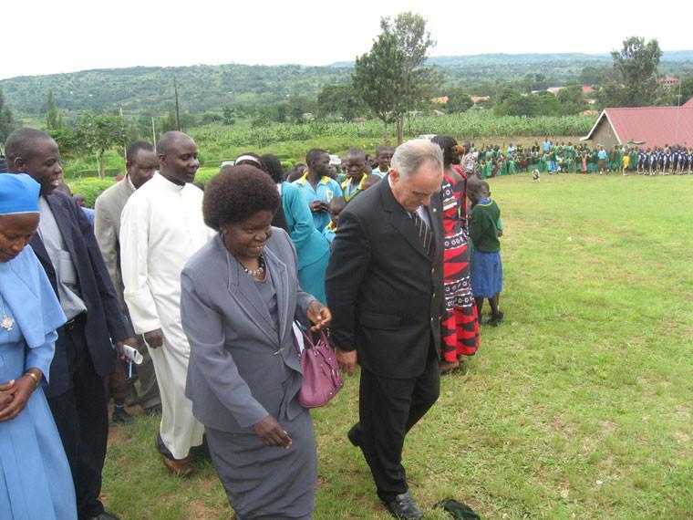Der deutsche Botschafter Herr Reinhard Buchholz und die ugandische Ministerin für Erziehung, Bildung und Sport, Frau Wikipedia Geraldine Namirembe Bitamazire waren extra zur Zeremonie angereis