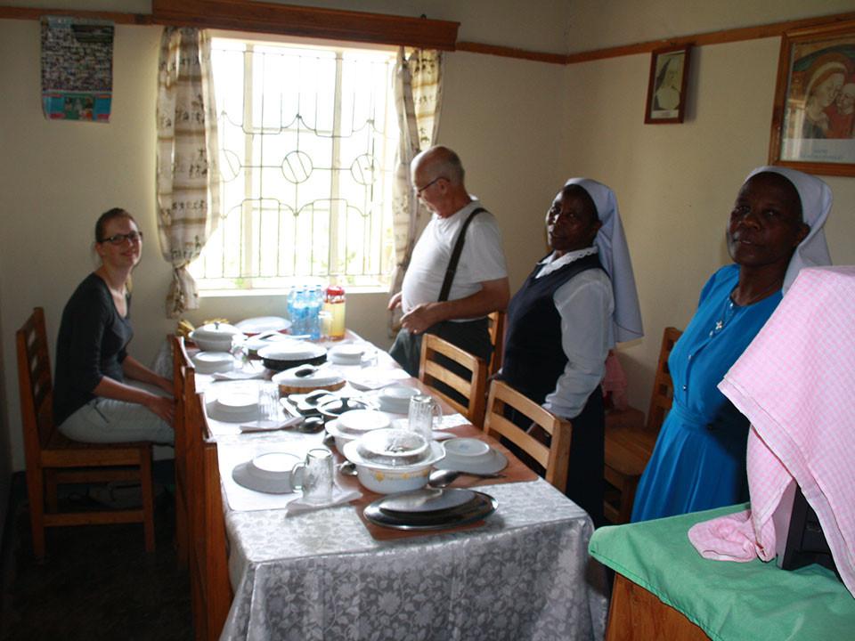 Mit Sr. Paula (rechts) tauschten wir uns beim Essen gut aus, wir wollen hier einige Patenkinder vermitteln.