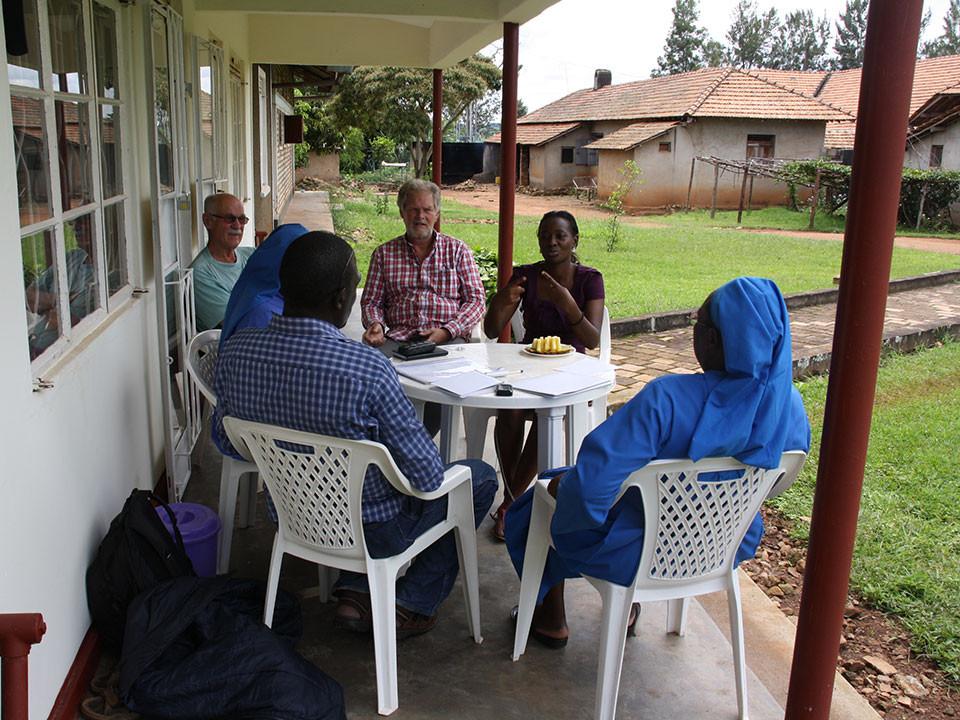 Stephen Kasumba kommt mit seiner Dolmetscherin Loy nochmal zur Konferenz zum Kindergartenbau vorbei.