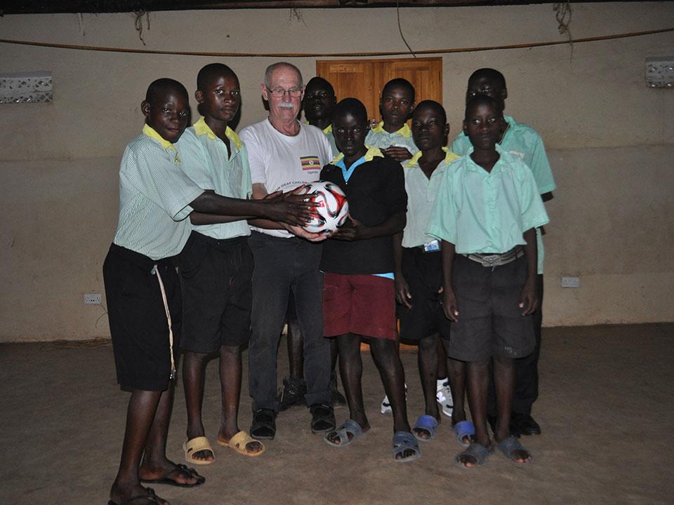 Ein Fußball wurde vom GSV Saarbrücken gestiftet. Die Kinder danken herzlich!