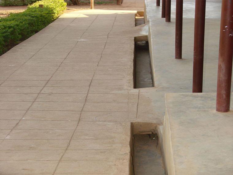 An den nun fertig gebauten Regenwasserabflüssen...