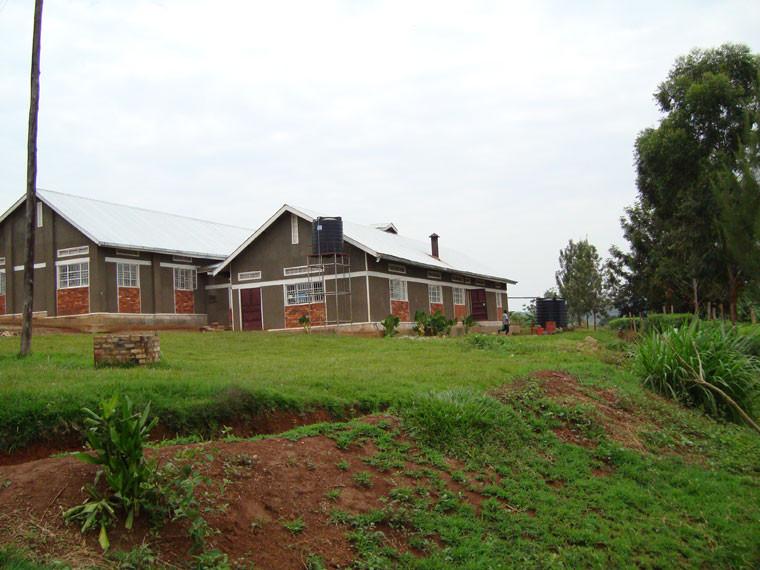 ...hier sind links der 2007 eingeweihte Speisesaal und rechts die Küche.