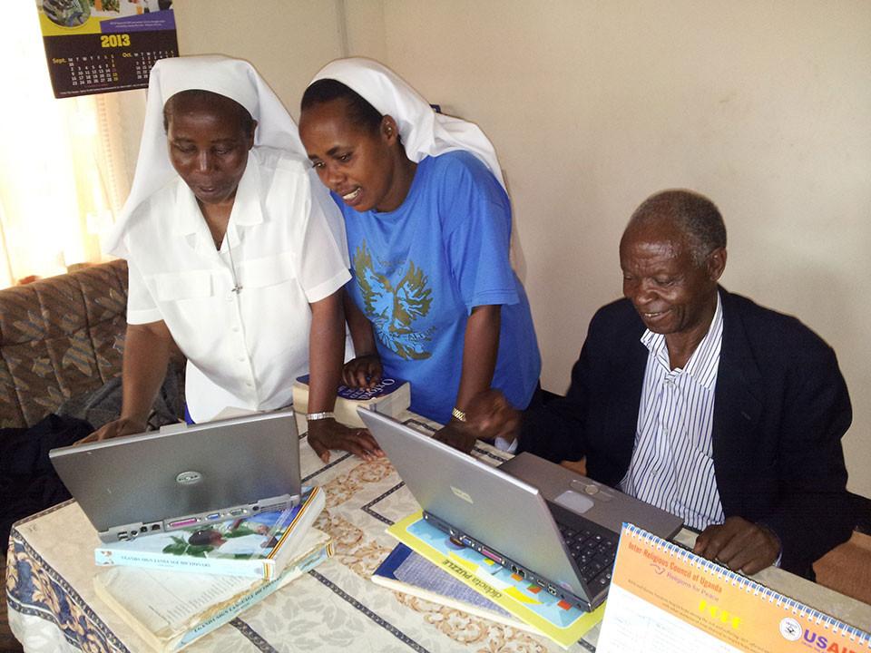 Projektmitarbeiter Manfred Becker hatte einige Laptops gespendet, da freuen sich die Schwestern und Chairman Anthony.