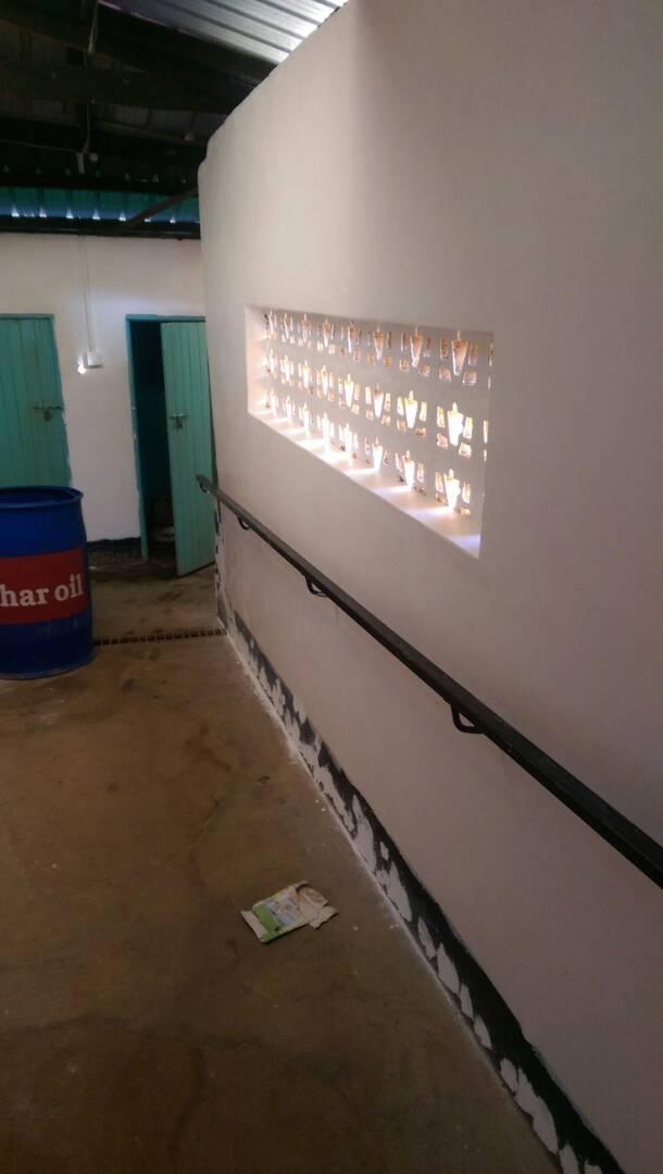 Flur zu den sanitären Anlagen der Taub-Blinden-Jungs