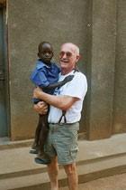 Gerhard Ehrenreich mit dem ersten Patenkind, das er vermittelte